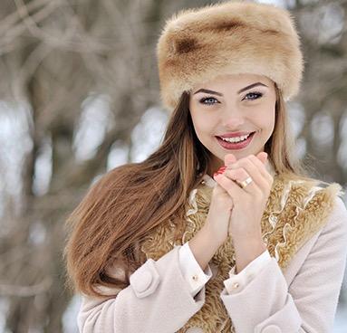 русская в шапке в видеочате